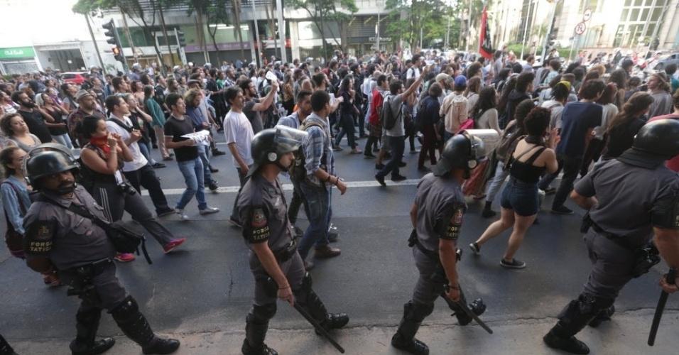 19.jan.2016 - Parte dos manifestantes contra o aumento da tarifa seguiu em caminhada pela avenida Faria Lima, em direção ao Palácio dos Bandeirantes, sede do Governo de São Paulo que fica no bairro do Morumbi, na zona sul