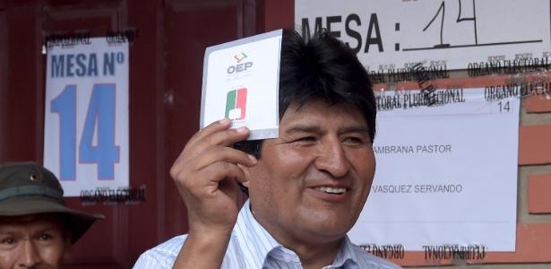 Presidente da Bolívia, Evo Morales, vota no referendo constitucional para mudar a lei do país
