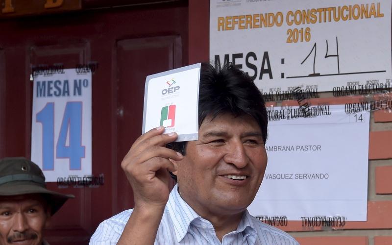 21.fev.2016 - Presidente da Bolívia, Evo Morales, vota no referendo constitucional para mudar as leis do país e permitir que um presidente possa ser reeleito duas vezes, cumprindo três mandatos consecutivos. A mudança beneficiaria Evo diretamente, já que o presidente boliviano poderia se candidatar novamente em 2019, ficando no cargo até 2025. Ele é o chefe de Estado do país desde 2006