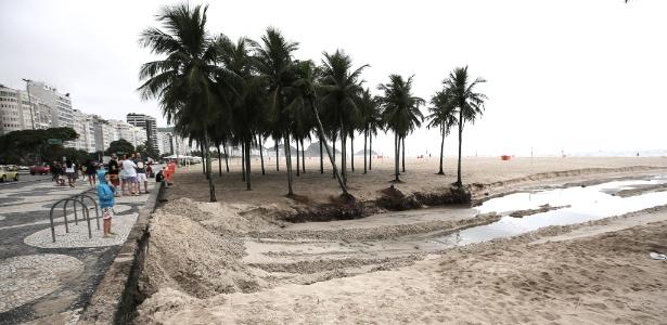 O canal de esgoto reapareceu na praia de Copacabana, na altura da rua Santa Clara