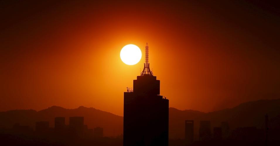 15.mar.2016 - Sol nasce atrás do World Trade Center na Cidade do México. O governo local ordenou restrições no tráfego e recomendou que a população evite sair de casa por causa dos altos níveis de poluição. Essa é a primeira vez que a cidade emite um alerta de poluição em 13 anos, devido aos elevados níveis de ozônio