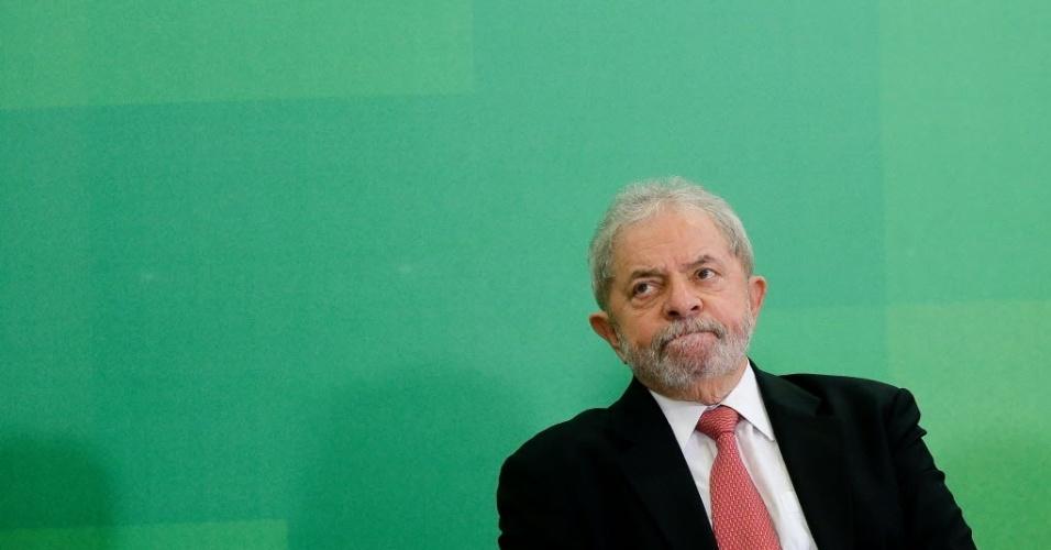 17.mar.2016 - O ex-presidente Lula toma posse no cargo de ministro da Casa Civil durante cerimônia no Palácio do Planalto, em Brasília