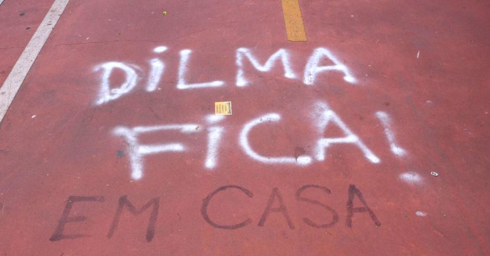 """21.mar.2016 - Pichações na ciclovia da avenida Paulista, em São Paulo, na manhã desta segunda-feira (21). O local virou um painel para frases de protesto contra e a favor a presidente Dilma e ao ex-presidente Lula e o PT. """"Dilma Fica"""" virou """"Dilma fica em casa"""", por exemplo. A CET chegou a limpar as frases na última sexta-feira, mas elas voltaram a aparecer"""