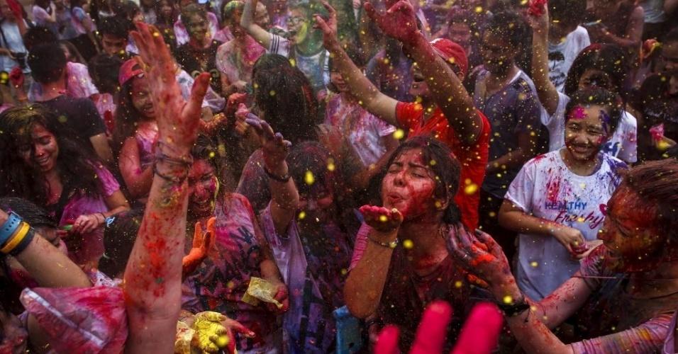 27.mar.2016 - Foliões participam da celebração da tradicional festividade hindu Holi em uma universidade em Bancoc, na Tailândia