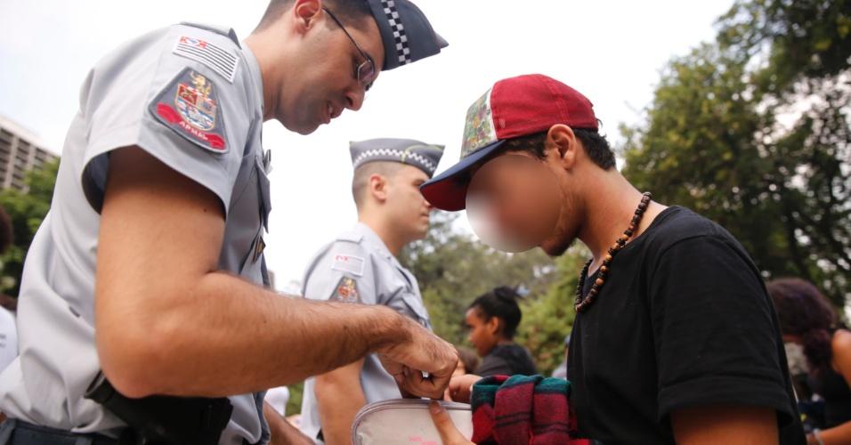 Polícia Militar revista pertences de alunos que protestam contra a máfia da merenda na Alesp (Assembleia Legislativa do Estado de São Paulo)