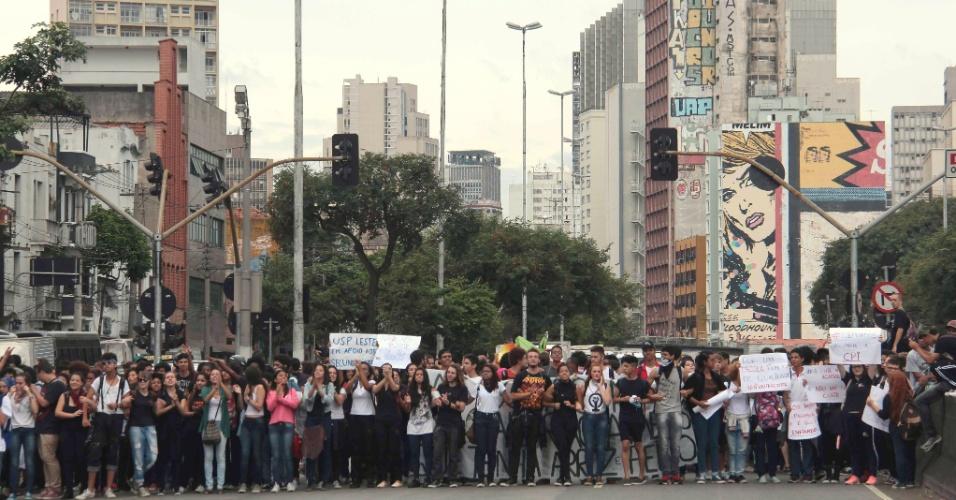 10.mai.2016 - Estudantes secundaristas realizam ato unificado por melhorias na educação e contra desvios na merenda escolar, na região central da cidade de São Paulo. Eles seguem em direção ao Parque da Juventude, na zona norte da capital
