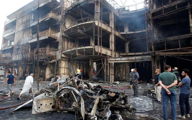 3.jul.2016 - Terroristas detonaram um carro bomba em uma área comercial de Bagdá, capital do Iraque, na noite de sábado (2). Segundo a agência de notícias Efe, ao menos 80 pessoas morreram no ataque reivindicado pelo extremista Estado Islâmico. O carro teria explodido próximo a uma sorveteria lotada e incendiado várias lojas no entorno