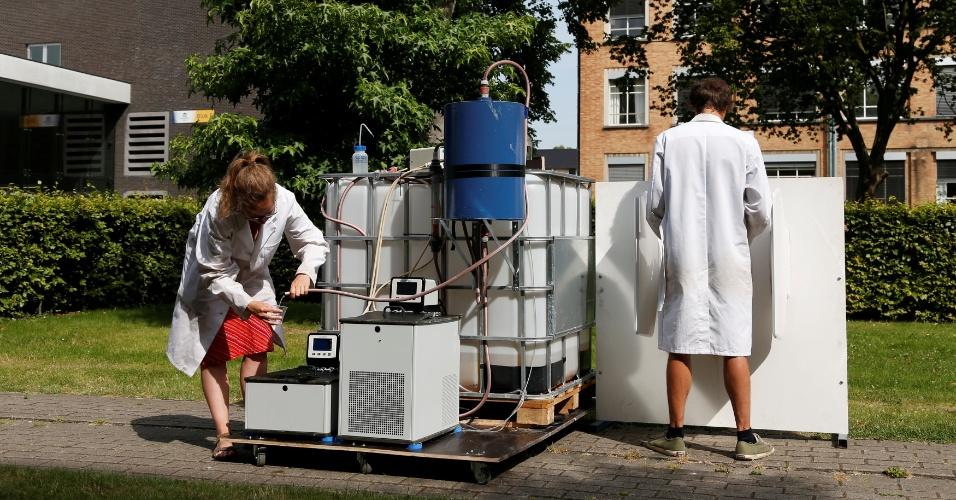 26.jul.2016 - Cientistas belgas demonstram o funcionamento de uma máquina que transforma urina em água potável e fertilizante, usando energia solar, na Universidade de Ghent, na Bélgica