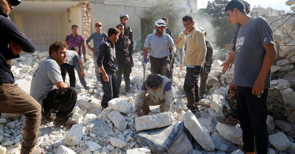 6.ago.2016 - Defesa Civil procura por sobreviventes, após ataque aéreo contra um hospital localizado em Meles, no noroeste da Síria, ter matado ao menos 10 pessoas neste sábado
