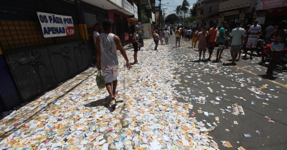 2.out.2016 - Santinhos espalhados pelas ruas do bairro Tancredo Neves, em Salvador (BA), durante o 1º turno das eleições municipais