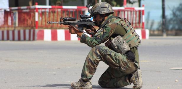 Soldado afegão luta contra insurgentes do Taleban em Kunduz, no Afeganistão