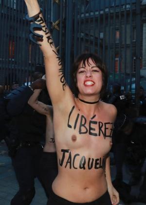 Ativista do Femen protesta pela libertação de Jacqueline Sauvage, em Paris (França)