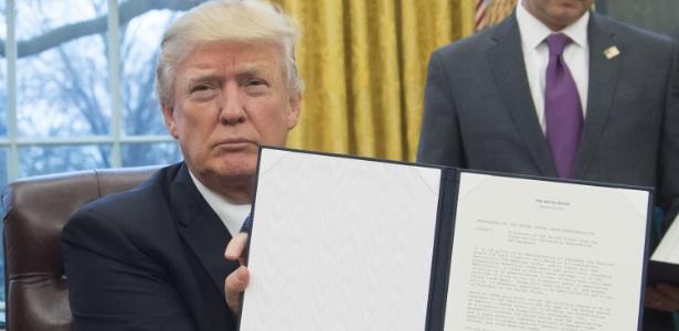 Trump exibe atos assinados na Casa Branca, nesta segunda-feira