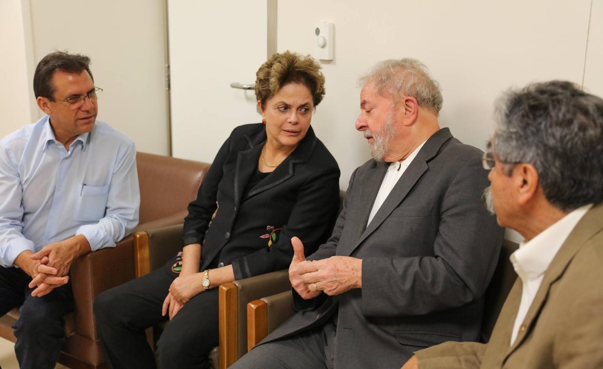 3.fev.2017 - A ex-presidente Dilma Rousseff antecipou a volta da Europa para se solidarizar com o ex-presidente Lula. Junto com eles, o ex-governador do Rio Grande do Sul, Olívio Dutra e o ex-prefeito de São Bernardo do Campo, Luiz Marinho