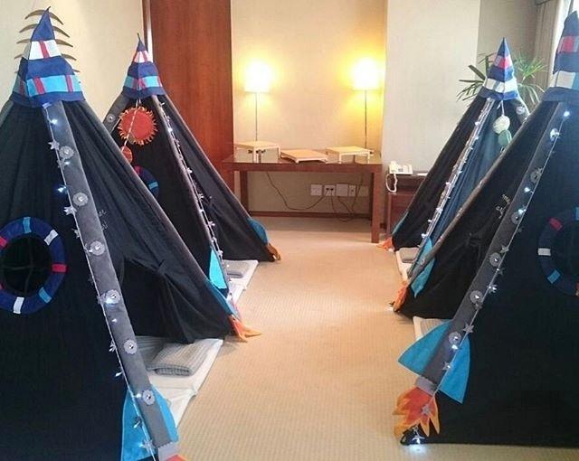 Barracas e decoração da empresa Mãe Me Quer, que realiza festa do pijama para crianças de 5 a 12 anos