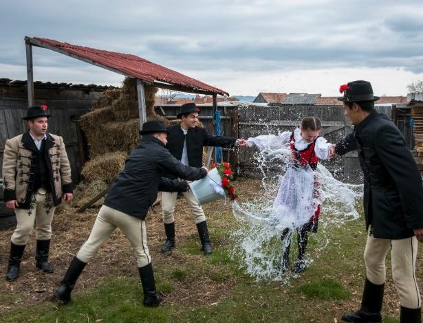 Mulher sendo molhada no ritual de primavera da Transilvânia