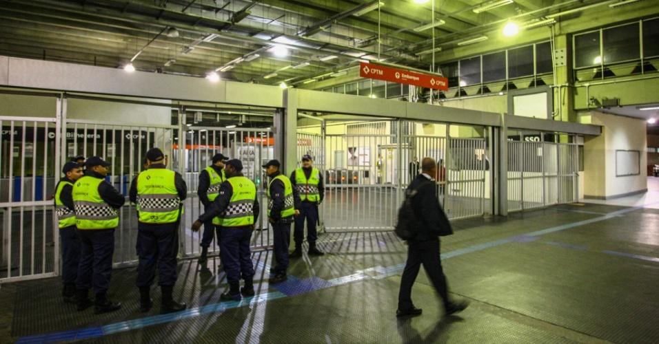 28.abr.2017 - Estação de trens da CPTM em Osasco, em São Paulo, fechada por causa da greve geral convocada para esta sexta-feira (28)