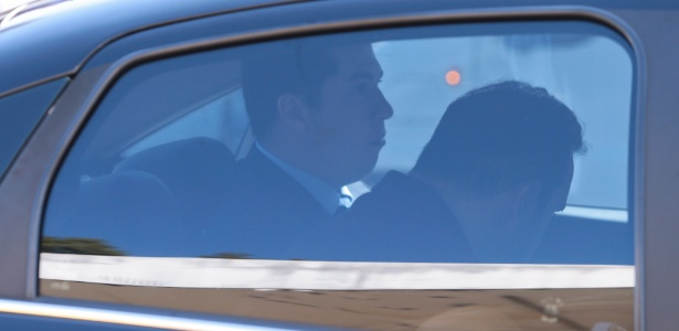 """18.mai.2017 - Procurador da República Ângelo Goulart Villela é visto no interior de carro da PF. Vilella teve prisão preventiva decretada porque de acordo com o MPF-DF (Ministério Público Federal no Distrito Federal), foi """"infiltrado"""" pelo empresário Joesley Batista, do grupo JBS, para extrair informações da Operação Greenfield"""