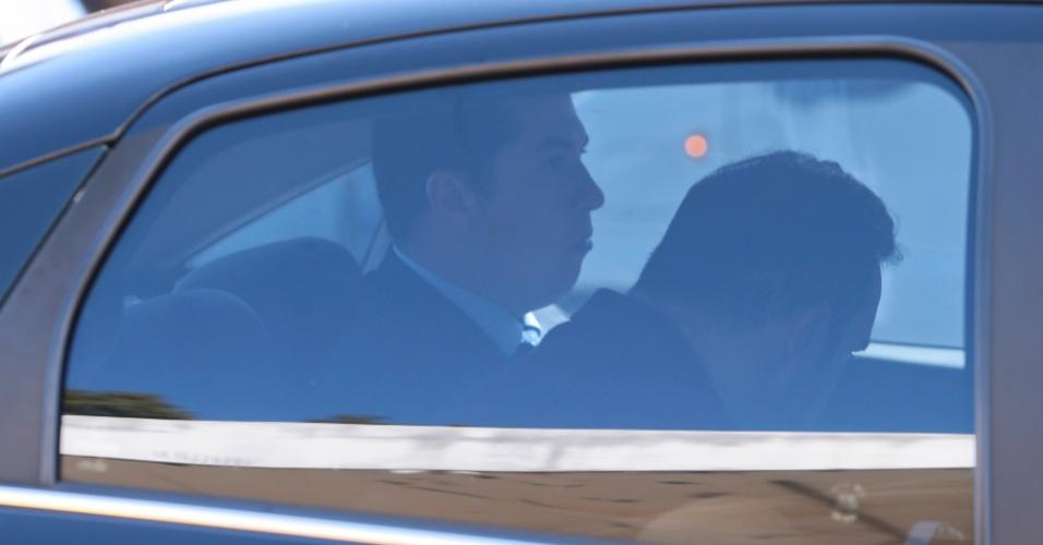 """18.mai.2017 - Procurador da República Ângelo Goulart Villela é visto no interior de carro da PF. Vilella teve prisão preventiva decretada nesta quinta-feira (18) porque de acordo com o MPF-DF (Ministério Público Federal no Distrito Federal), foi """"infiltrado"""" pelo empresário Joesley Batista, do grupo JBS, para extrair informações da Operação Greenfield, que no ano passado investigou uma série de investimentos suspeitos feitos por fundos de investimento privados em conexão com fundos de pensão de servidores públicos"""