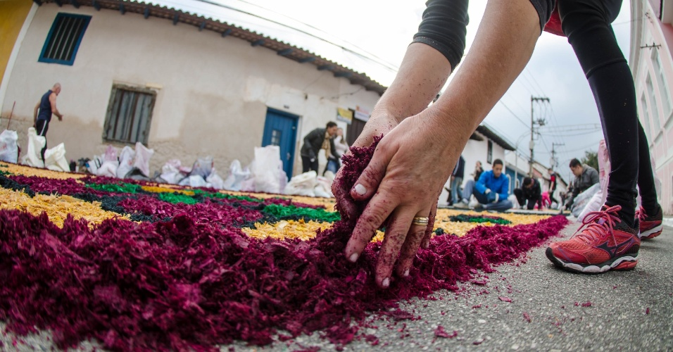 15.jun.2017 - Tapete de rua para celebração de Corpus Christi é confeccionado em Santana de Parnaíba (SP). A tradição da confecção dos tapetes de Corpus Christi vem de Portugal
