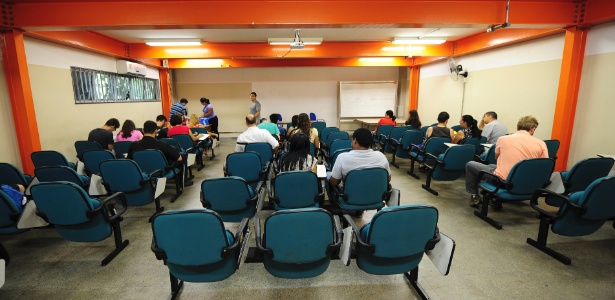 17.jan.2014 - Calouros fazem matrícula no campus de São Paulo do IFSP