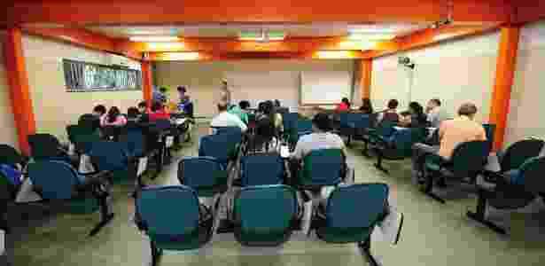 17.jan.2014 - Calouros fazem matrícula no campus de São Paulo do IFSP  - Junior Lago/UOL