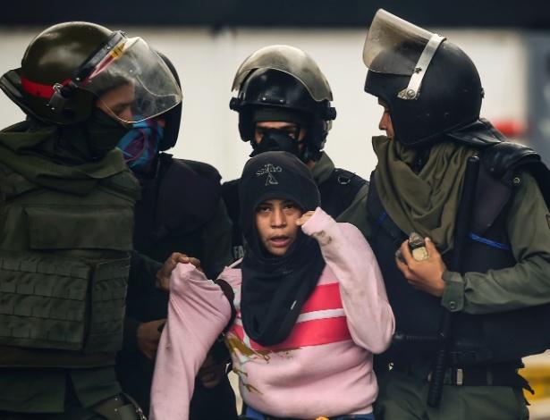 28.jul.2017 - Manifestante é detido durante protesto em Caracas, na Venezuela