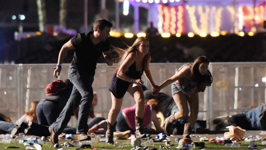 1º.out.2017 - Público corre no momento do ataque de atirador em festival em Las Vegas, Nevada - David Becker/Getty Images/AFP