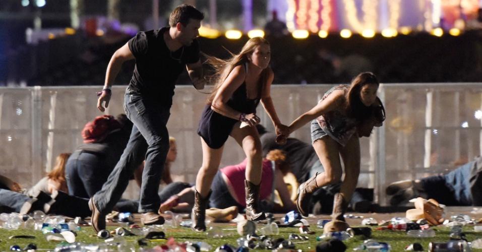 1º.out.2017 - Público corre no momento do ataque de atirador em festival em Las Vegas, Nevada