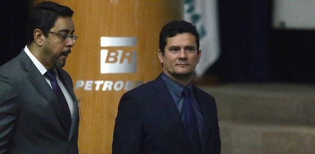 8.dez.2017 - Os juízes Sérgio Moro (d) e Marcelo Bretas participam de evento em alusão ao Dia Mundial de Combate à Corrupção, na sede da Petrobras, no Rio de Janeiro