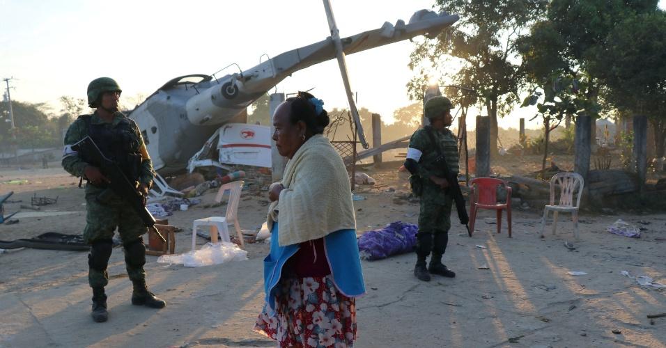 17.fev.2018 - Helicóptero militar que levava autoridades mexicanas cai sobre furgões em Santiago Jamiltepec, no Estado de Oaxaca, no México. O acidente provocou a morte de pelo menos 13 pessoas. As autoridades viajavam para acompanhar os estragos de terremoto que atingiu a região na véspera