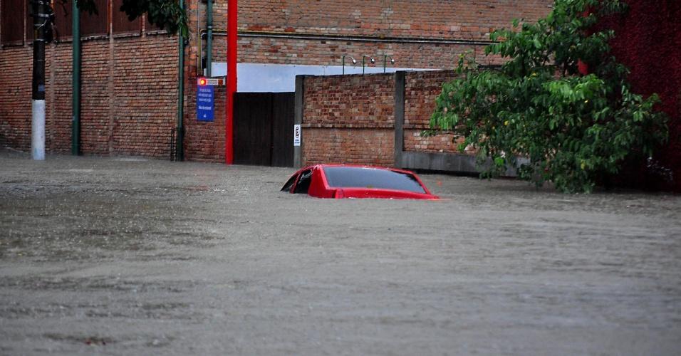 20.mar.2018 - Chuva causa enchente e cobre carro na rua Barão do Bananal, na Vila Pompeia, zona oeste de São Paulo