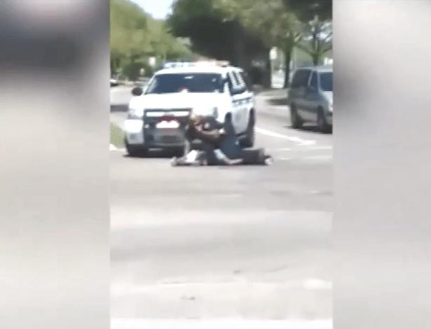 Policial agacha sobre homem negro baleado em Houston, no Texas (EUA) - Reprodução de vídeo