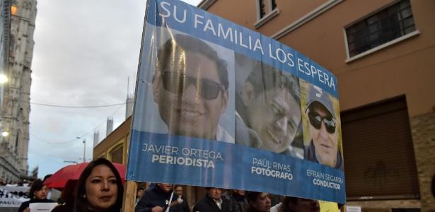 26.mar.2018 - Familiares dos jornalistas equatorianos sequestrados por dissidentes do grupo colombiano das Farc protestam em nome das vítimas
