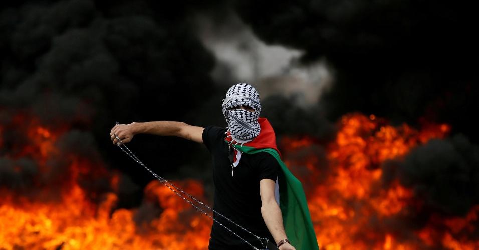 15.mar.2018 - Manifestante palestino usa funda, ferramenta para lançar pedras, durante confronto contra forças israelenses na Faixa de Gaza
