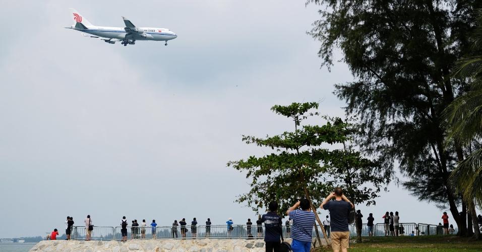 10.jun.2018 - Avião supostamente com Kim Jong-un se aproxima de Singapura