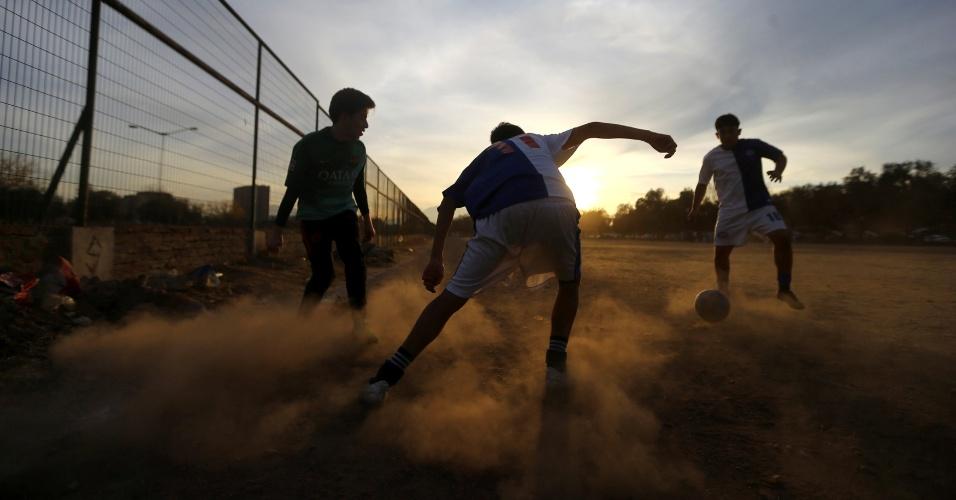 19.maio.2018 - Homens jogam futebol em Santiago, no Chile