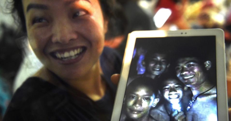 Familiares comemoram que meninos foram encontrados com vida em caverna da Tailândia, após nove dias de busca