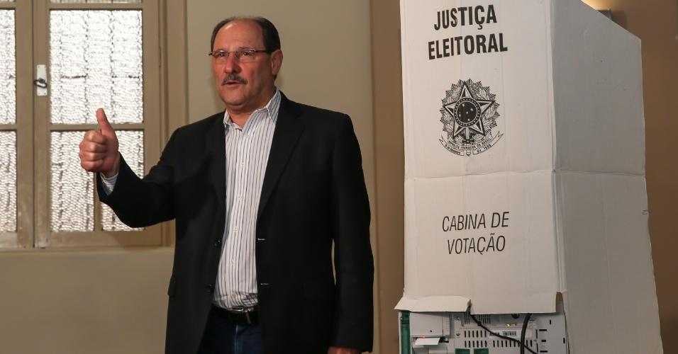 28.out.2018 - Governador e candidato à reeleição, José Ivo Sartori (MDB) vota no Colégio La Salle, no centro de Caxias do Sul (RS)