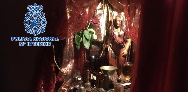 Altar de santeria encontrado em apartamento usado por rede de tráfico sexual na Espanha - Handout/Polícia Nacional Espanhola/AFP