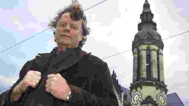 Em registro de 2014, Siegbert Schefke aparece em frente à torre da igreja da qual ele filmou os protestos de 9 de outubro de 1989 - Getty Images