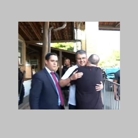 24.out.2019 - O deputado André Correa (DEM) deixa o prédio de Bangu 8 - Reprodução/TV Globo