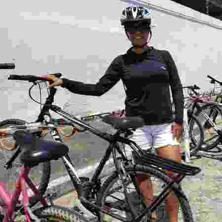 Enem 2019: A candidata Reigileide Vieira, 27, usou uma bicicleta para se locomover até o local de prova em Maceió (AL) - Carlos Madeiro/ UOL