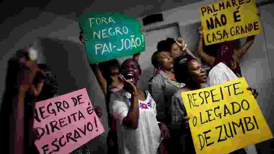 Militantes fazem protesto na Fundação Palmares, após a chegada de Sergio Camargo à presidência da entidade, em 2019 - REUTERS