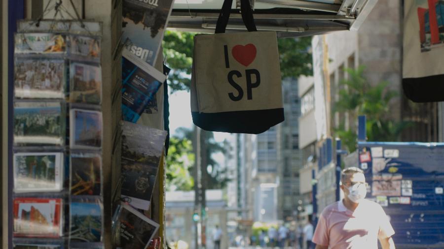 Homem usa máscara de proteção na Avenida Paulista, em São Paulo (29.mai.2020) - Alan Morici/AGIF