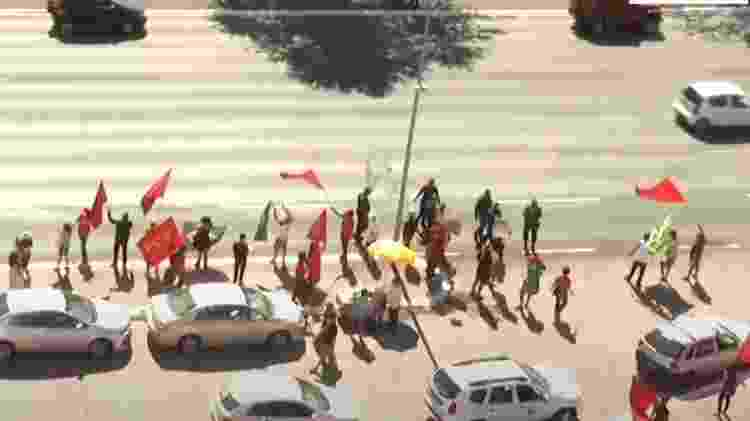 Imagens da CNN mostram manifestantes perto da Esplanada dos Ministérios - Reprodução/ CNN Brasil - Reprodução/ CNN Brasil
