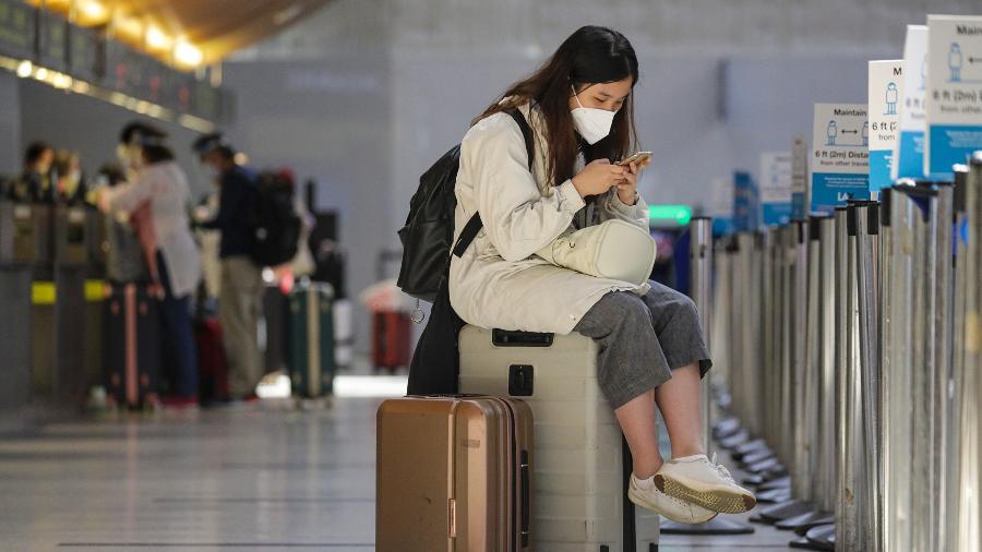 Turista usa máscara de proteção contra o coronavírus no Aeroporto Internacional de Los Angeles, nos Estados Unidos - Getty Images