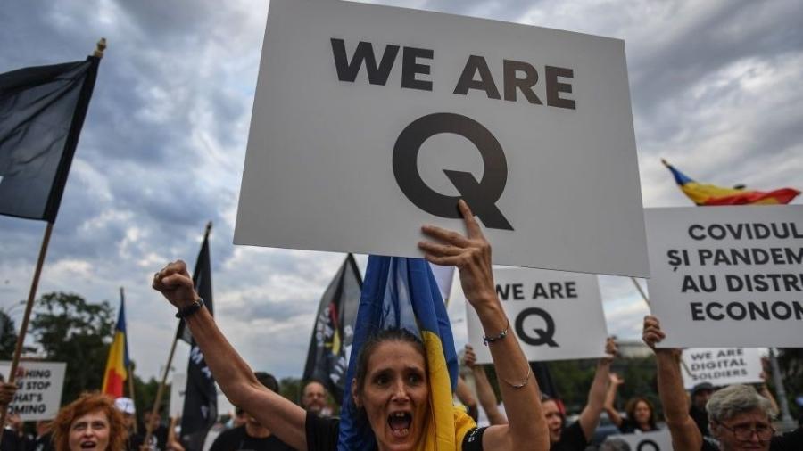 Os símbolos do QAnon estão presentes em várias partes do mundo, incluindo a América Latina - AFP