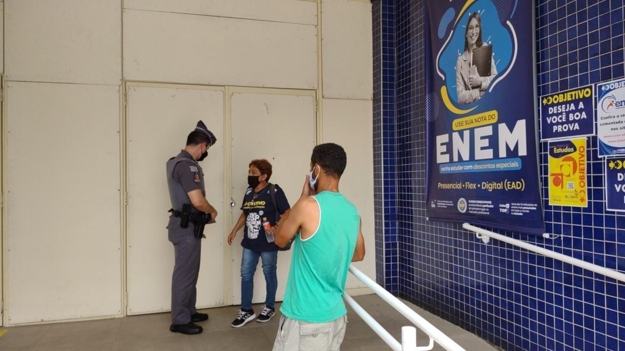 Portões fecham para dar início ao segundo dia de prova do Enem na unidade Marquês de São Vicente da Unip, zona oeste de São Paulo - André Porto/UOL