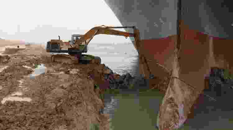 Operação de desencalhe envolve tentar tirar a areia e a lama para soltar a embarcação - Reuters - Reuters